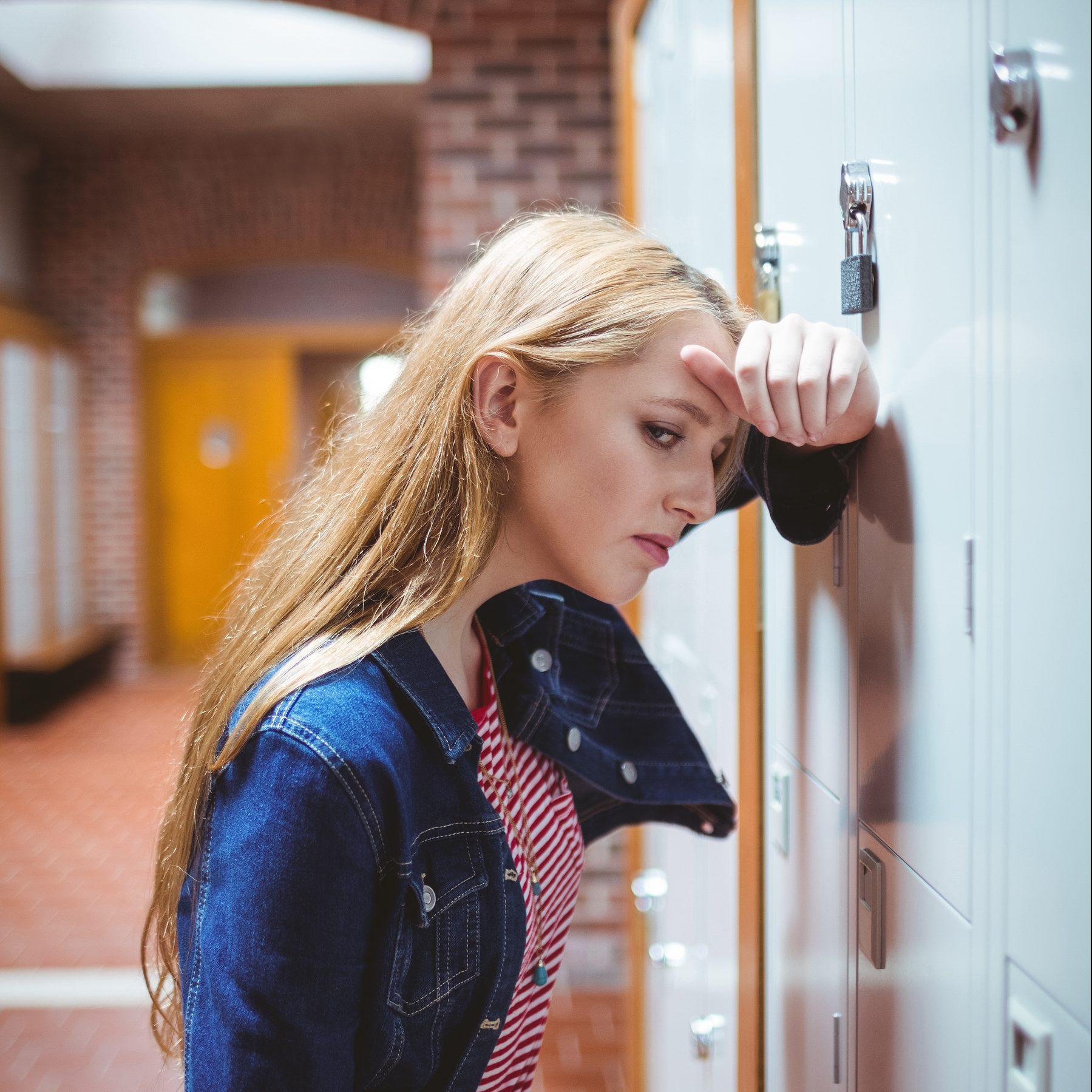 Ung pige nervøs for eksamen på grund af eksamensangst