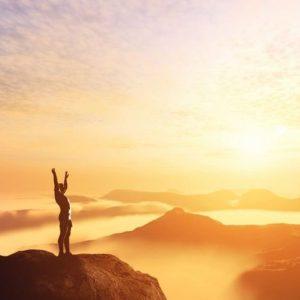 Mand på bjergtop har succes med præstation