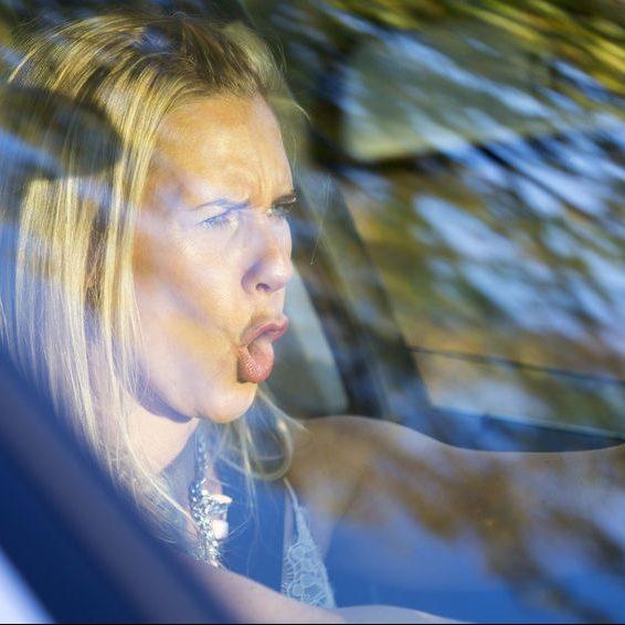 Kvinde der er vred mens hun kører bil